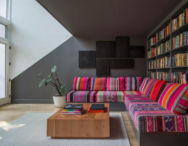 Farbenfohe Peru-Decken als Sofa-Bezug - gemütliche Runde für lange Abende