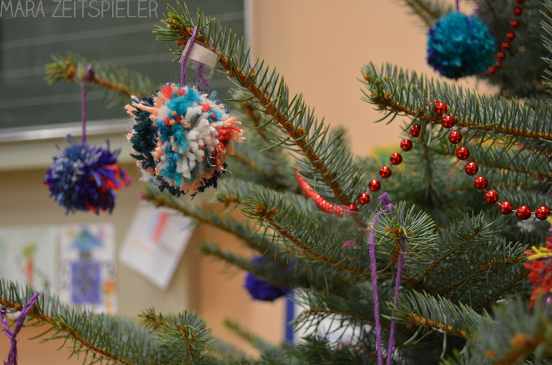 ein weihnachtsbaum mit bommeln mara zeitspieler. Black Bedroom Furniture Sets. Home Design Ideas