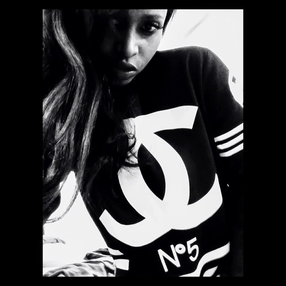 CHANEL SWEATSHIRT IN BLACK AND WHITE