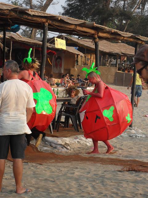народ прикалывается на пляжах Гоа