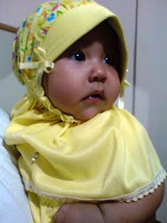 Foto Bayi Lucu Pakai Jilbab Cantik Banget