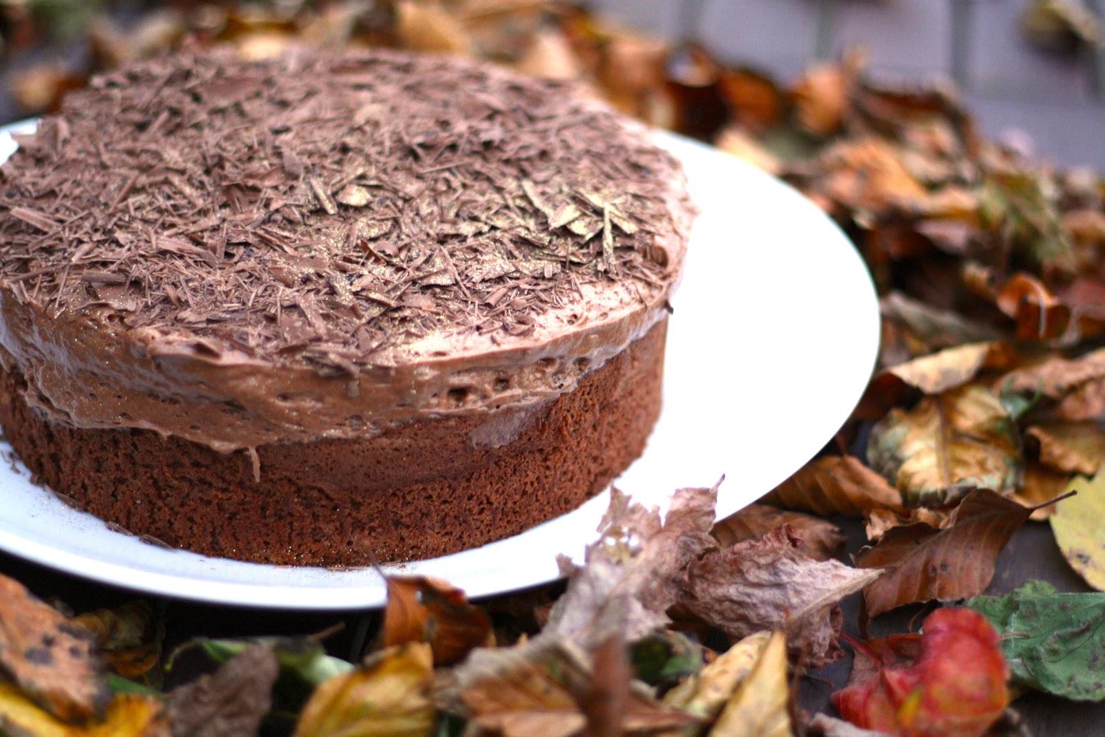 chokoladekage med chokolademousse på toppen