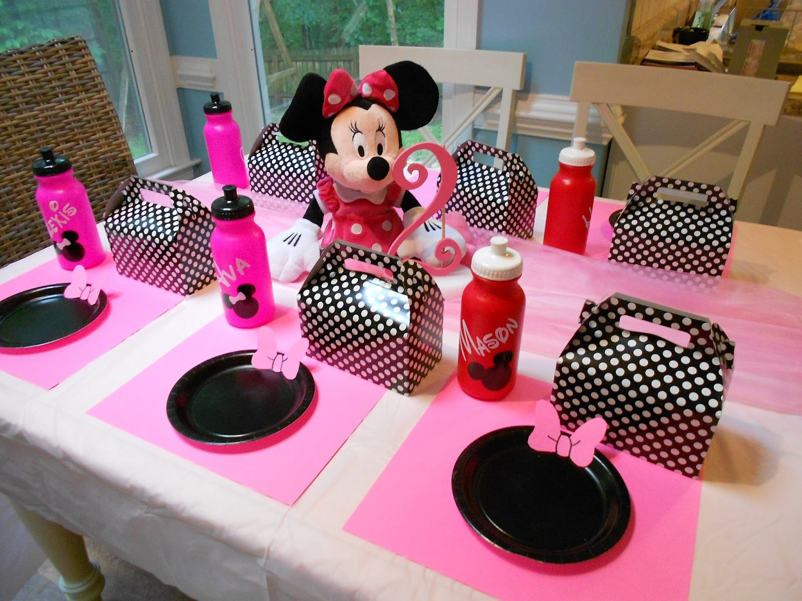 Adventures with toddlers and preschoolers minnie mouse for Baby minnie mouse party decoration