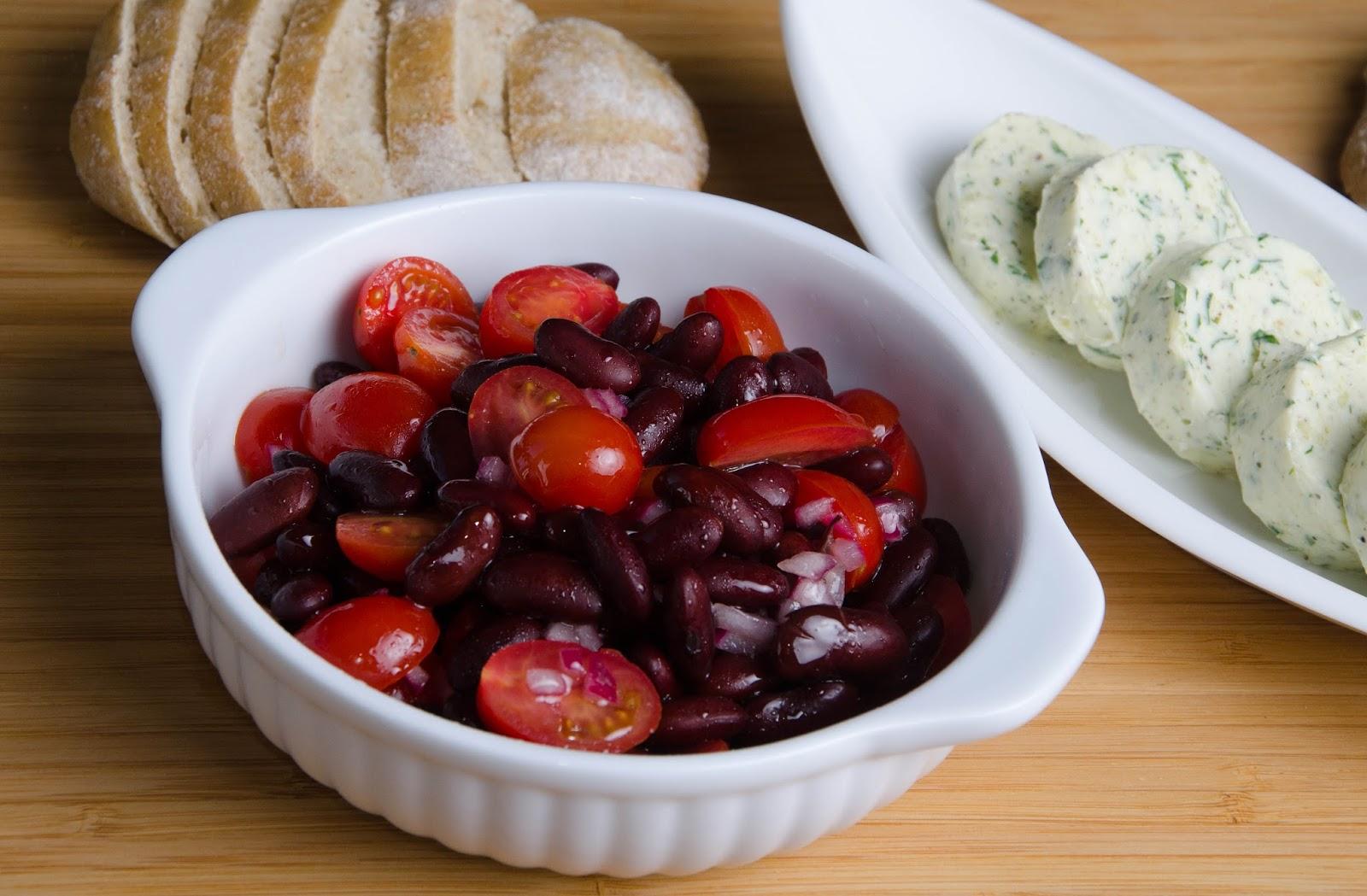 Czerwona sałatka Nigelli, czyli czerwona fasola, pomidorki i czerwona cebula w oliwie i occie