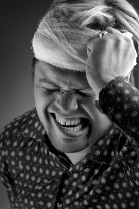 Man with painful headache [Dmitry Fisher em Dreamstime Free Photos - http://pt.dreamstime.com/free-photos]