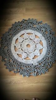 Szary szydełkowy dywanik