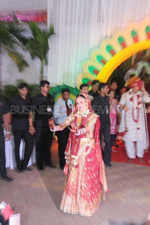 Esha Deol Marriage Dress Pic - (4) - Esha Deol Marriage Pics