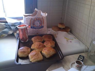το ψωμι μας γινεται με σιταρι απο το χωραφι μας