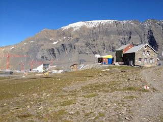 Die Muttseehütte und ihre idyllische Umgebung (man beachte insbesondere die prächtigen Exemplare des in der Schweiz endemischen roten Alpenkrans - tractator rubens alpeniensis helveticae)
