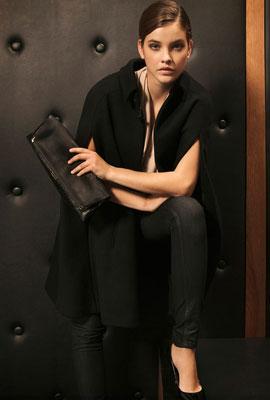 pantalones vaqueros para fiesta mujer Massimo Dutti combinados con capa negra