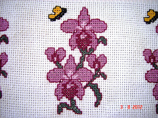 lindas orquídeas bordadas no ponto cruz
