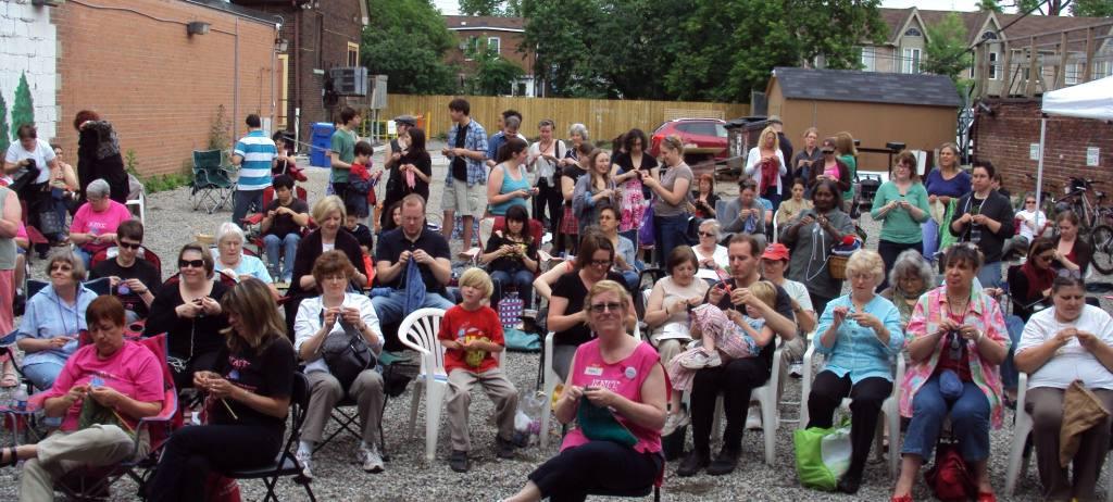 День всемирного вязания на публике
