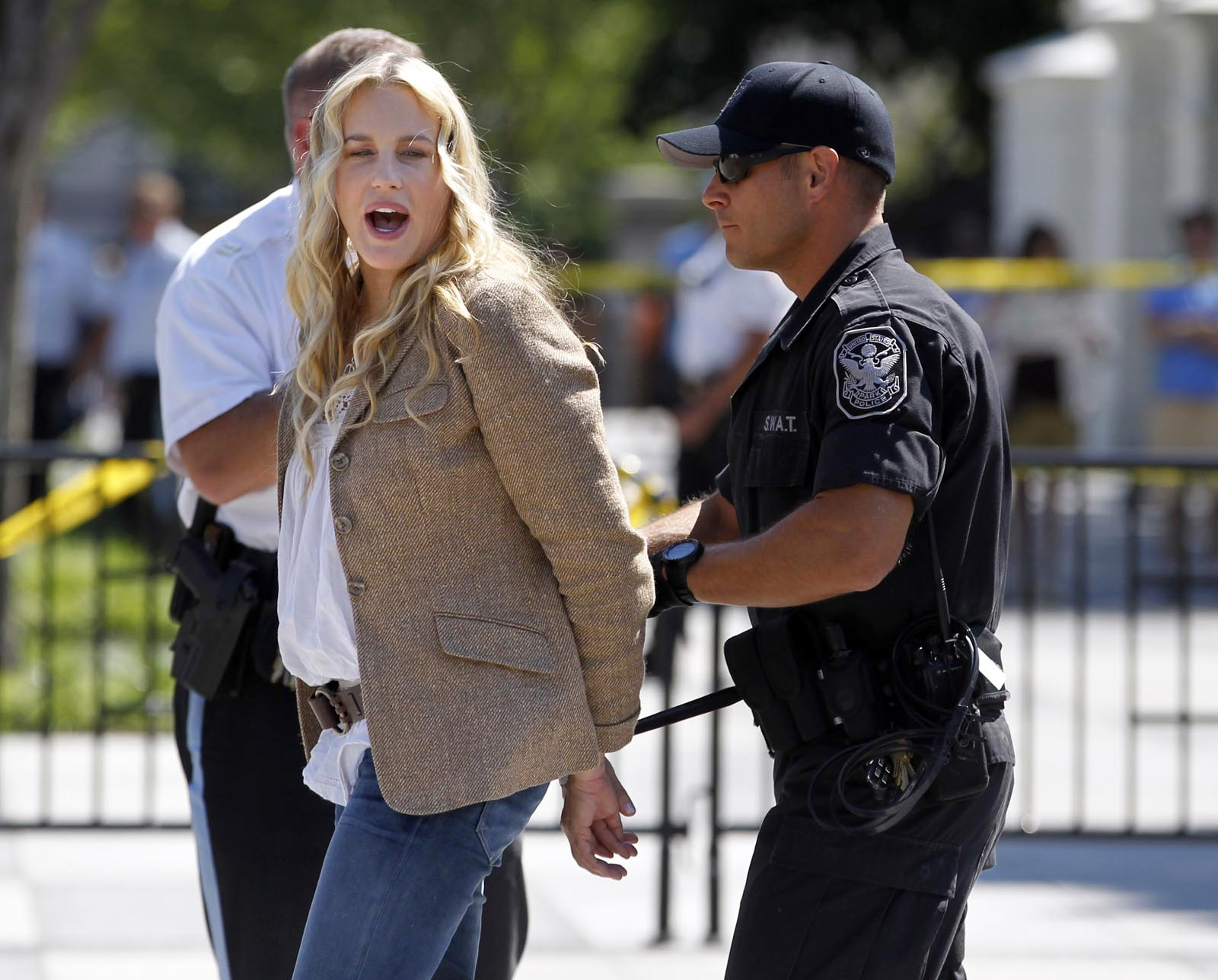 http://3.bp.blogspot.com/-Hw_z-97W6Zg/T3GnHRahA6I/AAAAAAAACdQ/sQ33Yp320gg/s1600/daryl-hannah-arrested-at-protest-data.jpg