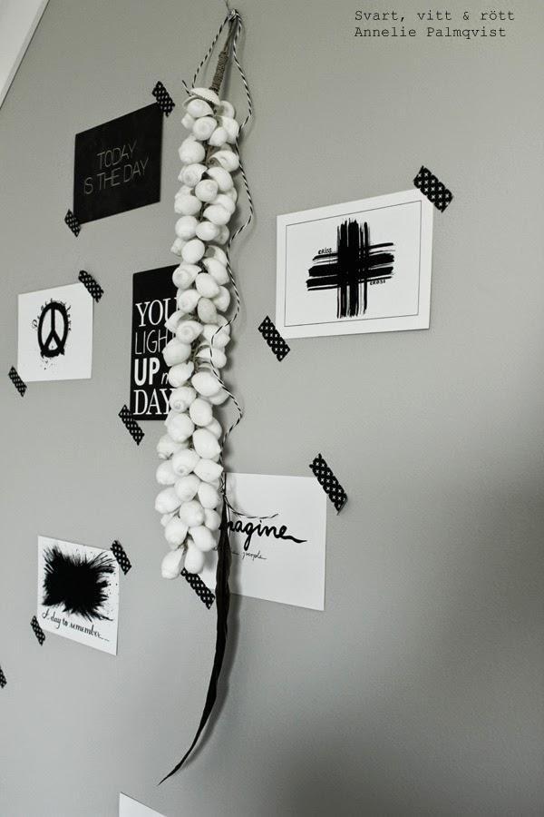 vykort, prints, artprint, kort, konsttryck, tavlor, på väggen, svart och vitt, svartvita tavlor, svarta motiv på vit botten, snäckor som dekoration, fjäder, dekoration, detaljer, inredning, washitejp, svart tejp med vita kors, gråmålad vägg, ateljé, arbetsrum, inspiration, vykort med text, kors, peace,