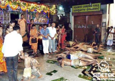 Wah Kacau! Ternyata Ada Ritual Unik, Mandi Air Ludah Di India