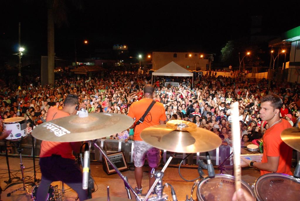 O público vibra com os antigos sucessos e as versões de sucessos atuais do Molejo