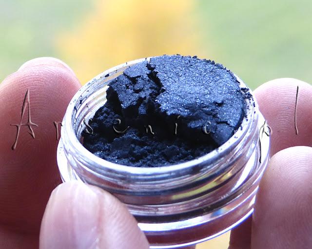 Cień mineralny barwy głębokiego indygo x12 dla Was!