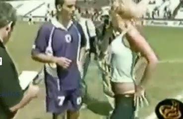 reportera rubia enseña las bragas y pide autógrafo a jugador