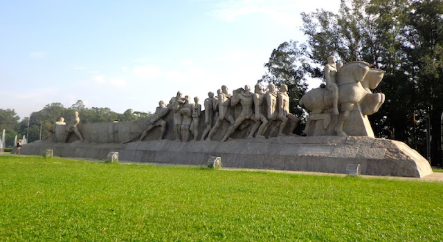 MONUMENTOS ÀS BANDEIRAS - ENTRADA 09 DO PARQUE