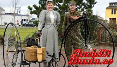 Pasangan Yang ketinggalan Jaman Dan Tetap berada Di Abad 19