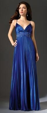 Mujer con vestido largo de color azul y pliegues verticales