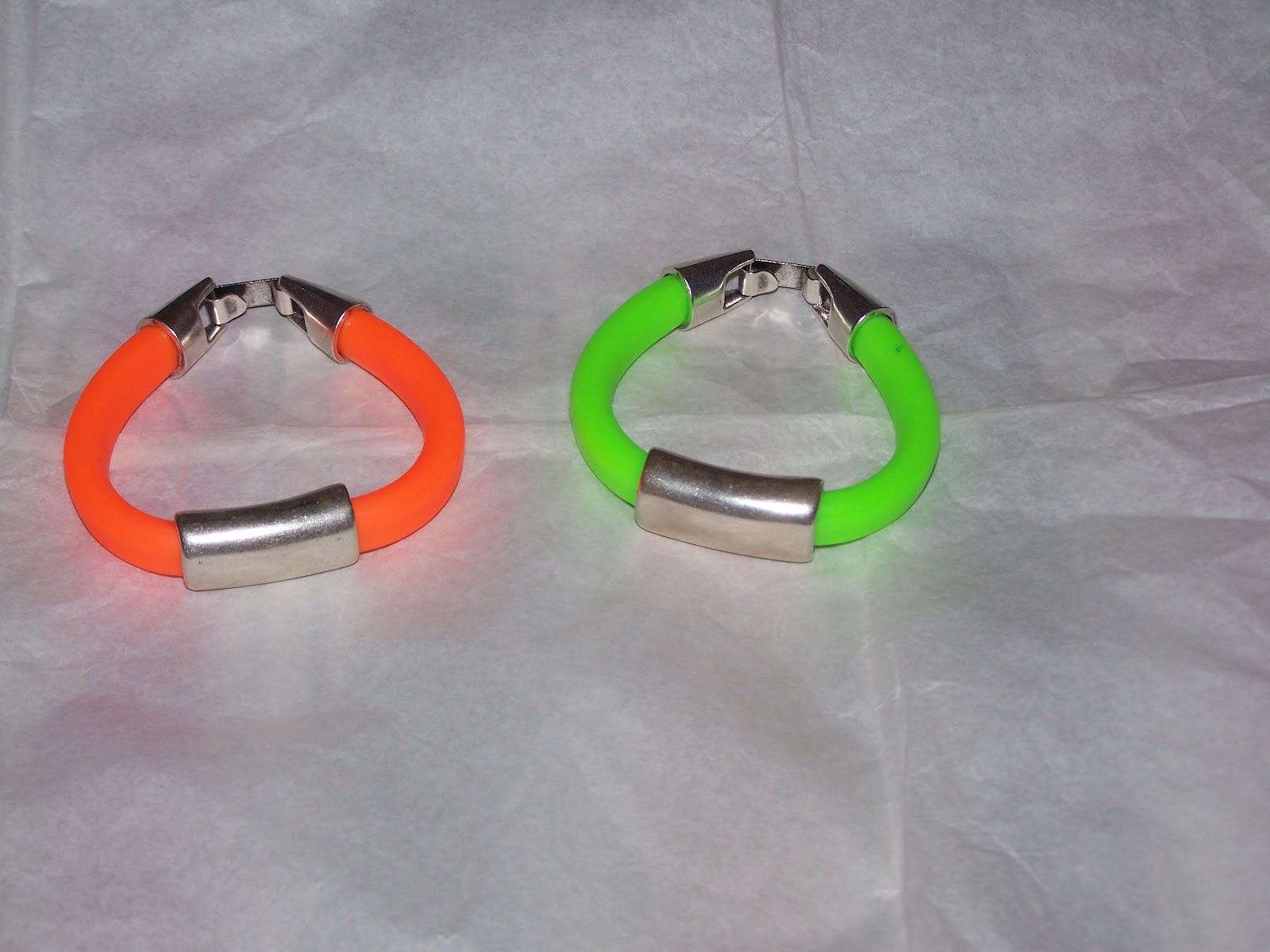 Pulseras de caucho en naranja y verde fluorescentes, con abalorios y cierres zamak. Referencia  215. Precio 12 euros cada una + 4 euros de gastos de envio