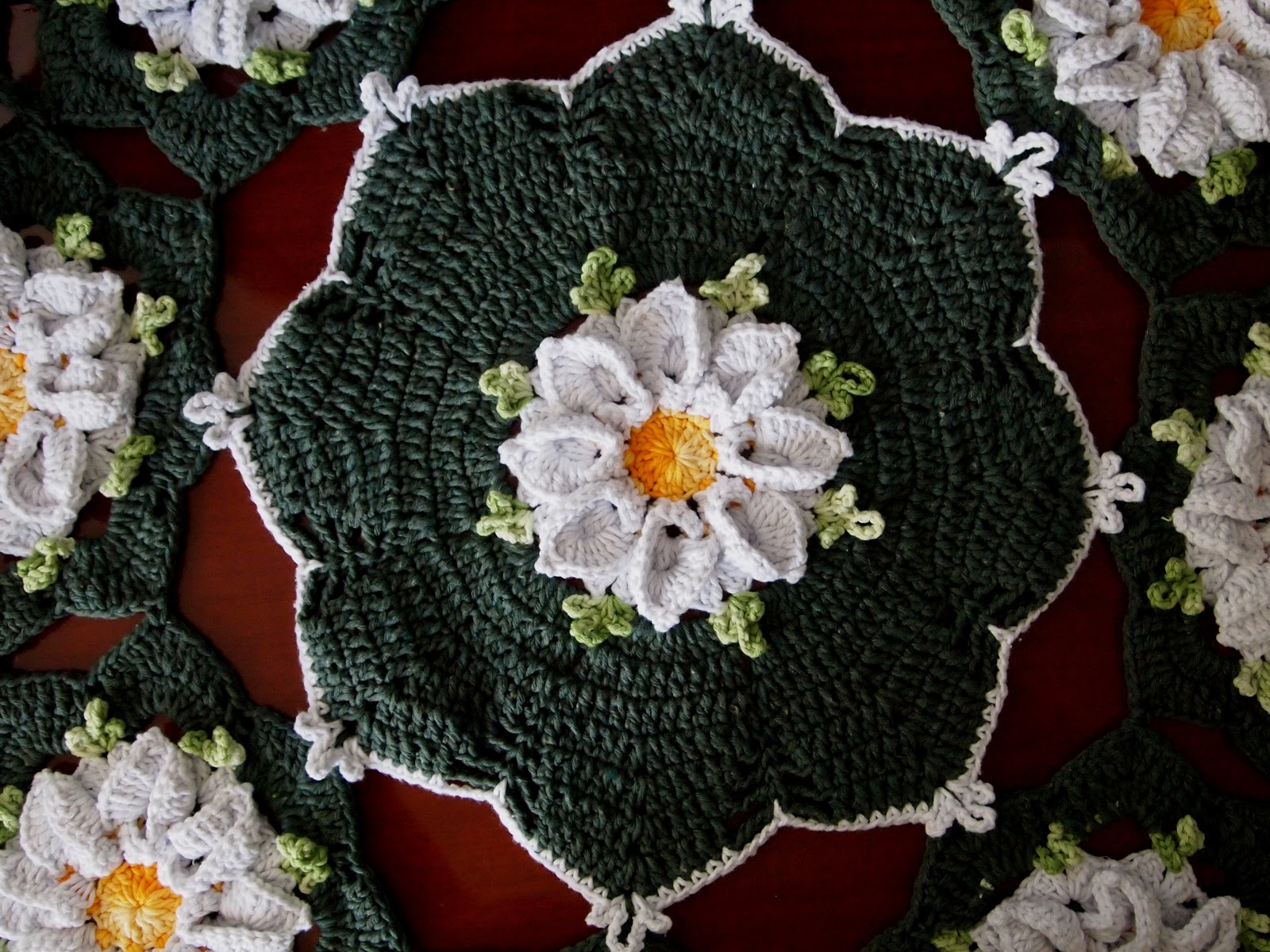 os croches da elsa tapete redondo com flor margarida bicuda. Black Bedroom Furniture Sets. Home Design Ideas