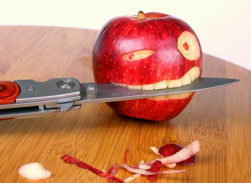 http://gde-fon.com/download/apple_knife_table_teeth_eyes/481871/1680x1050