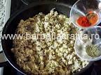 Clatite brasovene cu ciuperci si carne preparare reteta umplutura - condimentam cu boia si cimbru