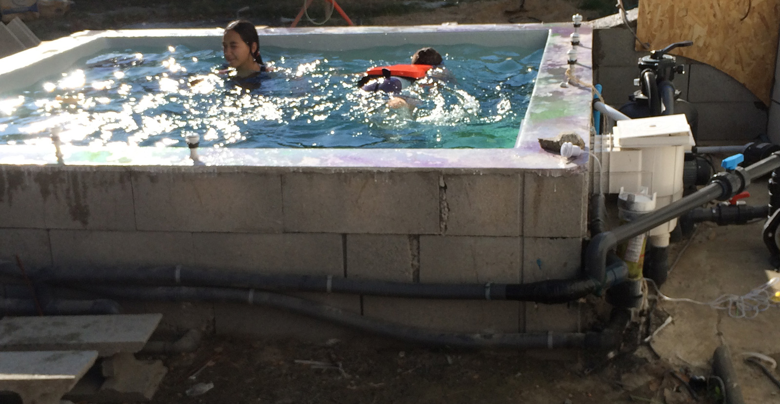 2015 construction d 39 une petite piscine en b ton quip e spa for Ab construction piscine