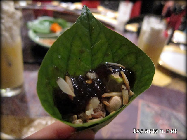 This is how you fold it before enjoying the Mieng Kam