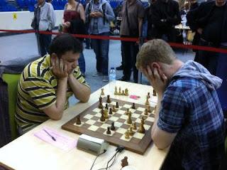 Echecs à Paris - Open Fide ronde 2 - Avec les Noirs, l'Ukrainien de Vincennes Sergey Fedorchuk l'a emporté face à Michael J R White (2339) © Chess & Strategy