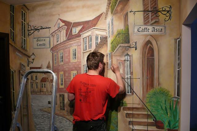 Toruń, malarstwo ścienne, malowanie uliczki w perspektywie