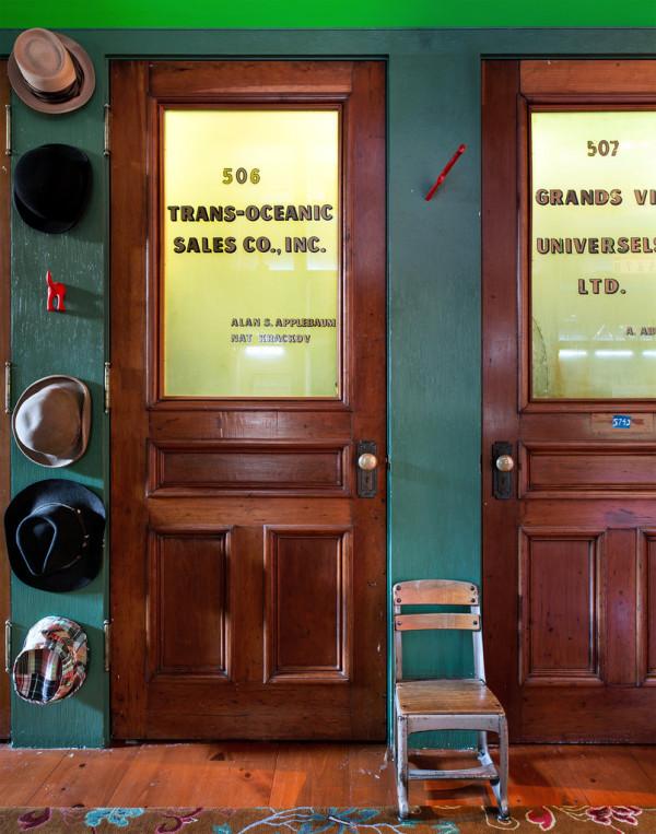 antiguas puertas de despacho