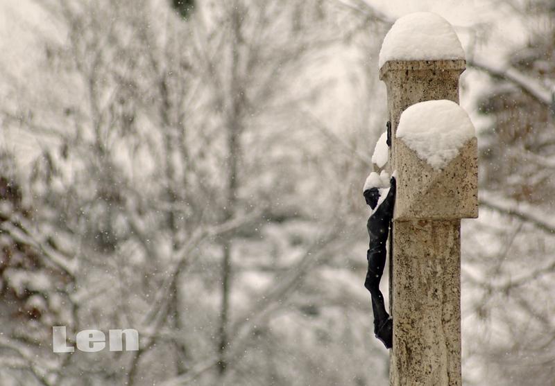Feszület a márciusi havazásban