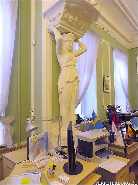 Кариатида в старинной квартире на интерьерной экскурсии в Петербурге