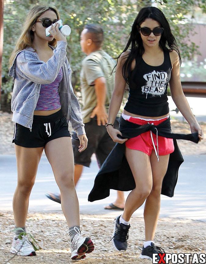 Stella Hudgens e Vanessa Hudgens hiking no Wilacre Park em Studio City - 29 de Outubro de 2012