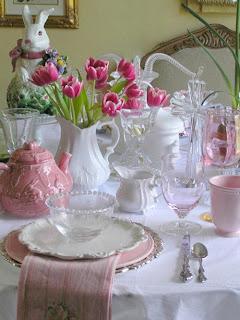 louças brancas e rosa, coelho tulipas rosas