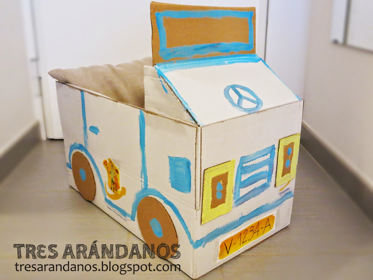coche de juguete con caja de carton