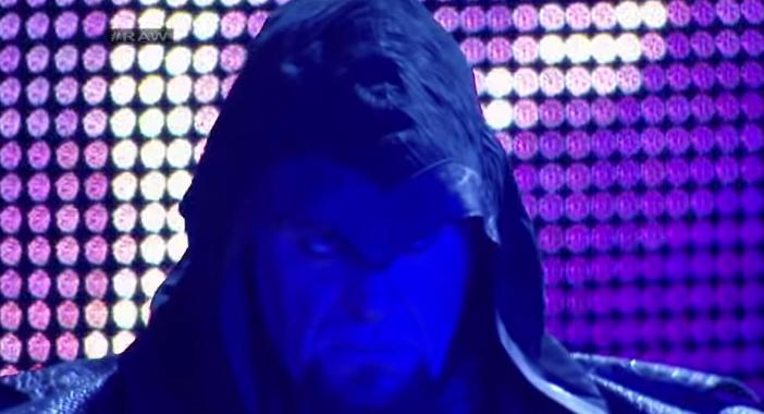 El temible Undertaker realizando su acostumbrada entrada en el programa de WWE