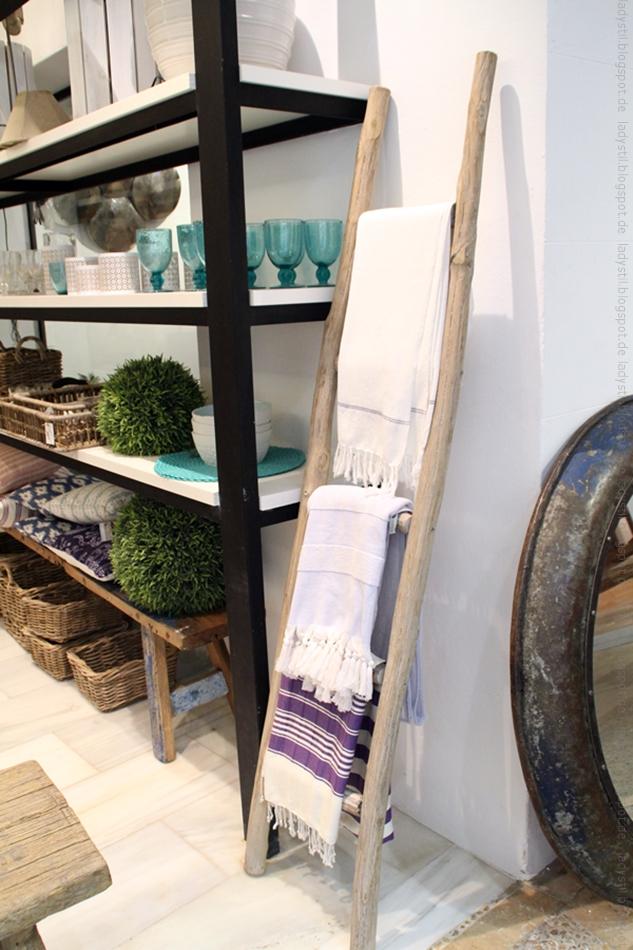 Leiter mit Hammamtüchern und Regal mit Wohnaccessoires im Shop Bondian Living auf Mallorca