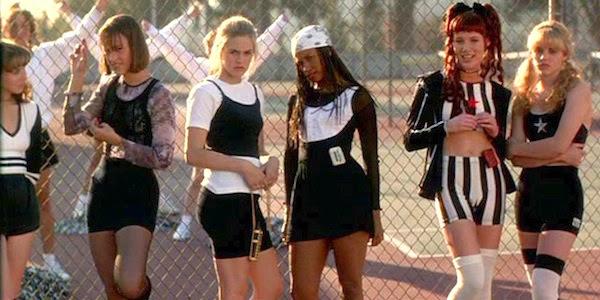 Clueless: Die Mädchen aus Chers Sportklasse sind zwar gut angezogen zum Unterricht erschienen, strahlen aber dezente Lustlosigkeit aus