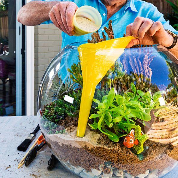 mini jardim terrario : mini jardim terrario:Agora, coloque mais areia ou pedriscos para fazer a cobertura e dar