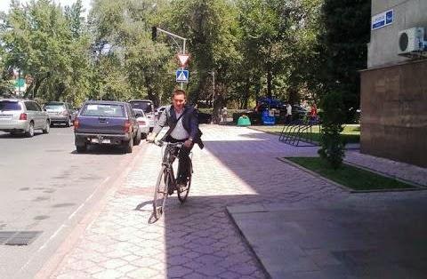Кыргызстанский госчиновник едет на работу на велосипеде
