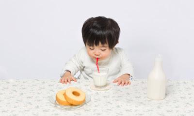 bé uống sữa tươi