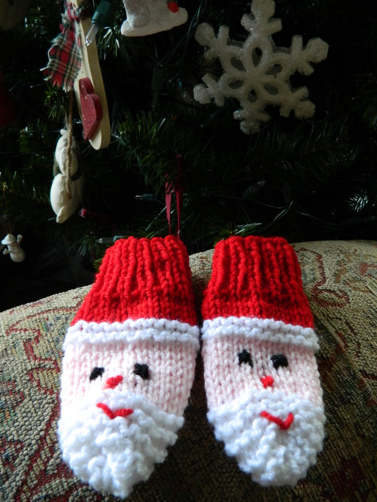 Knitting Pattern For Snowman Mittens : the treat girl: Santa Mittens