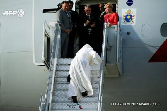 Pope Francis stumbles on steps of plane as he leaves New York,pope francis in America,pope in USA,POPE FRANCIS FALLS.