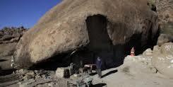 Benito Hernández construyo su casa bajo una montaña
