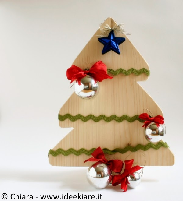 Come decorare l'albero di Natale con materiale di recupero