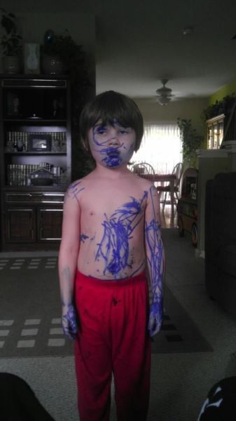 Menino sujo de tinta azul